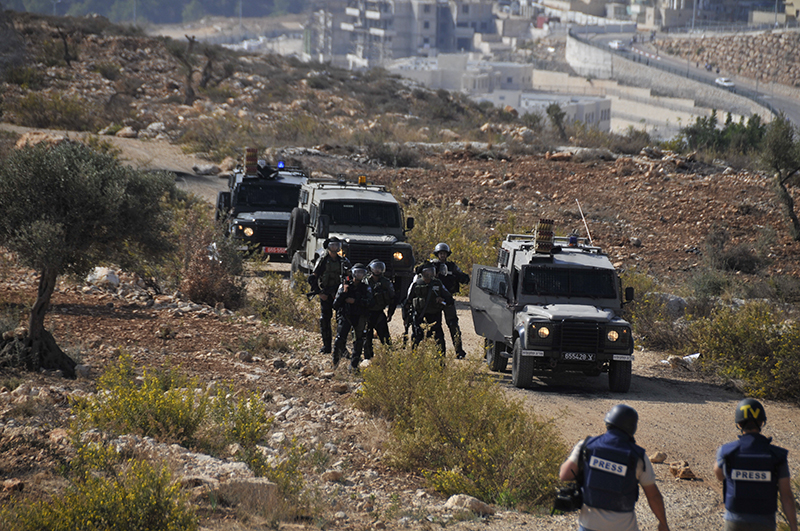 Photographers approach the Israeli troops. Photo by ELLEN DAVIDSON